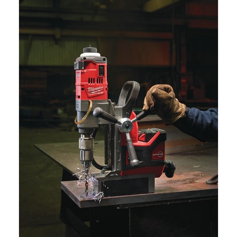 Аккумуляторная дрель на магнитной станине с постоянным магнитом MILWAUKEE M18 FUEL FMDP-502C 4933451012
